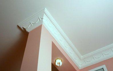 Как красиво наклеить потолочный плинтус?