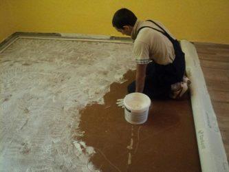 Каким клеем приклеить линолеум к деревянному полу?