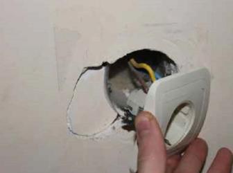 Как укрепить розетки выпадающие из стены?